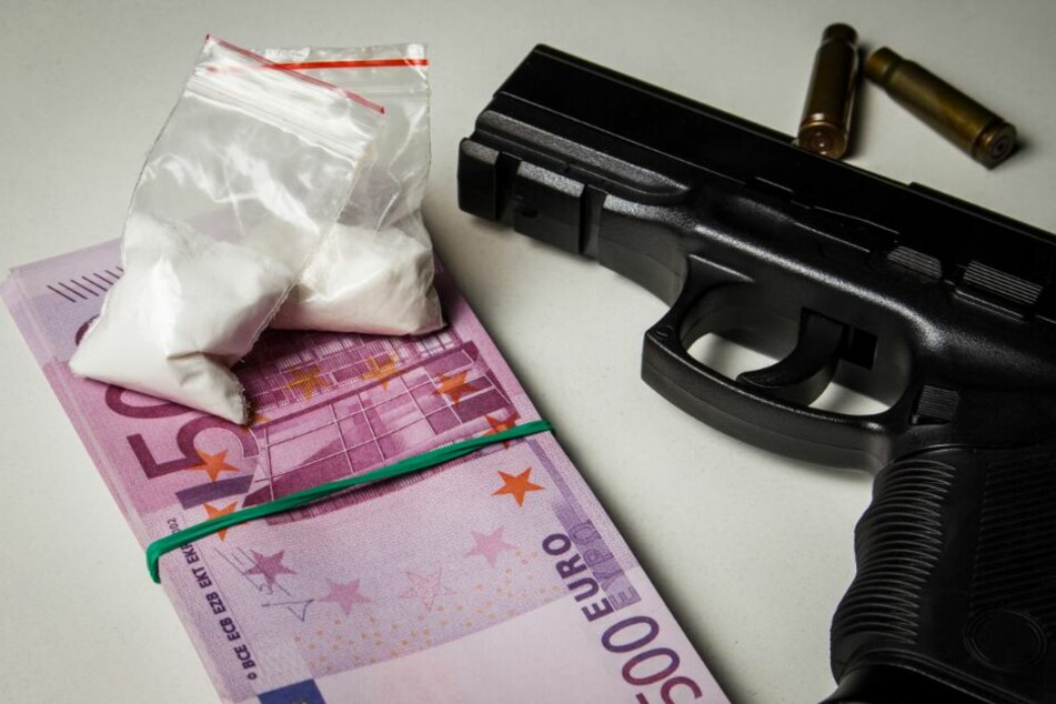"""Mit Waffen und """"Kokain"""" posiert: Videodreh geht nach hinten los und sorgt für Polizeieinsatz"""