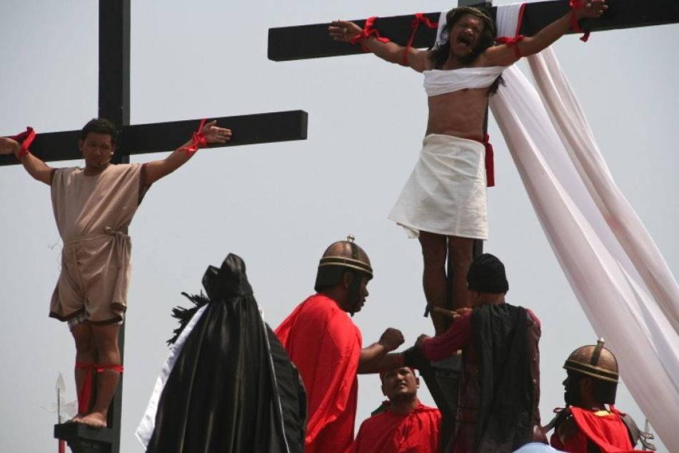 Hier lassen sich Menschen wirklich ans Kreuz nageln