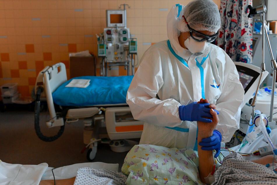 Ein Sanitäter in Schutzkleidung behandelt einen Covid-19-Patienten auf der Intensivstation des Allgemeinen Universitätsklinikums in Prag.