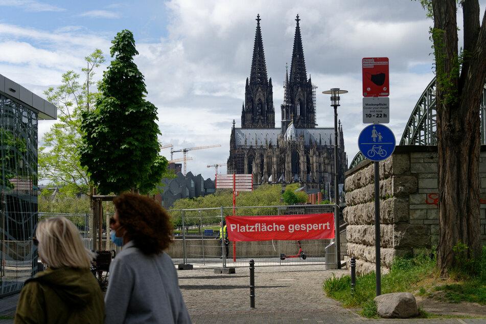 Trotz sinkender Fallzahlen hat die Stadt Köln den Rheinboulevard am Deutzer Rheinufer am Sonntag gesperrt.