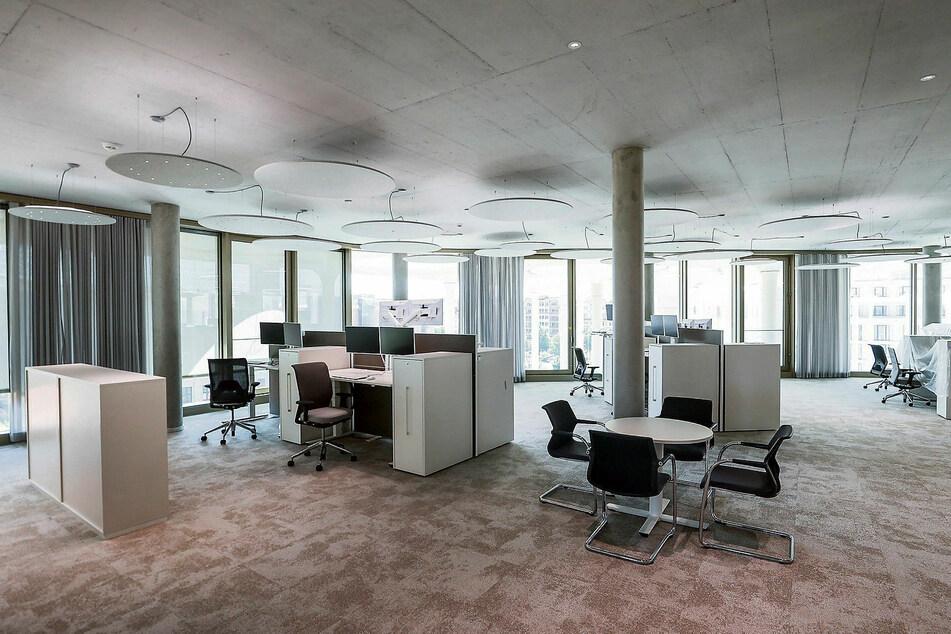 Eines der modernen Großraumbüros der Staatsbänker, die rundum beste Sicht haben.