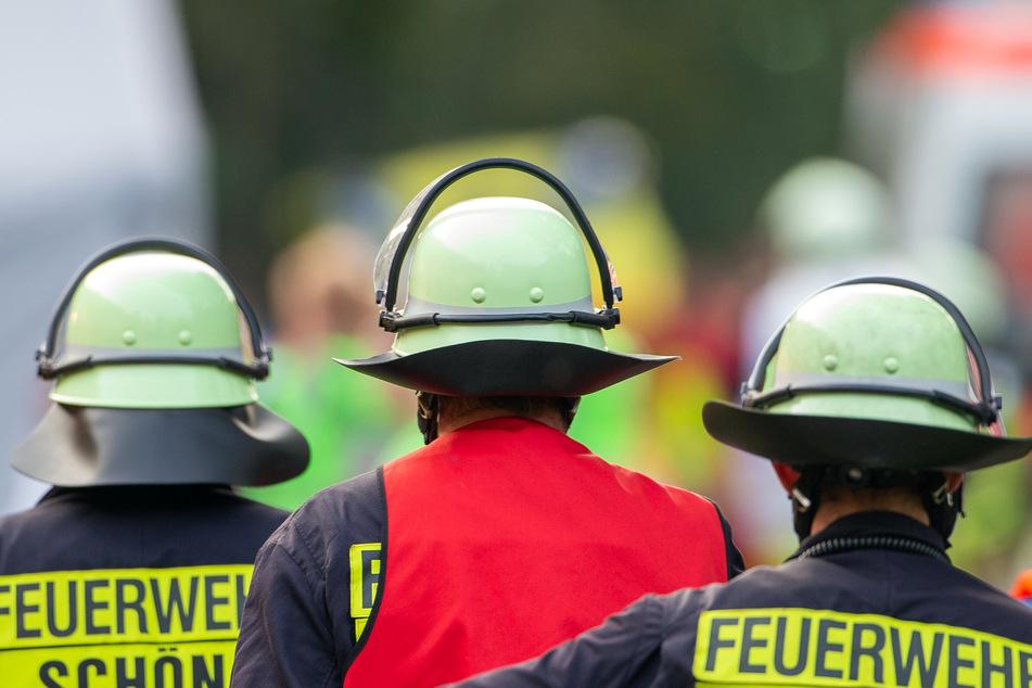 Feuerwehrleute begeben sich zu einem Einsatzort. (Symbolbild)