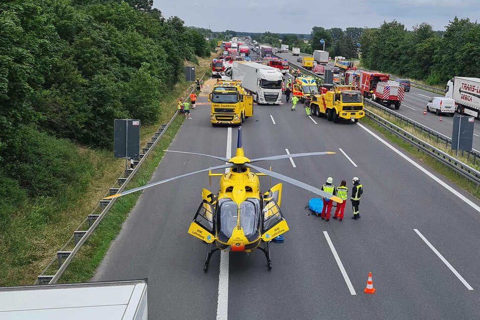 Zur Rettung des Schwerverletzten ist ein Hubschrauber angefordert worden.