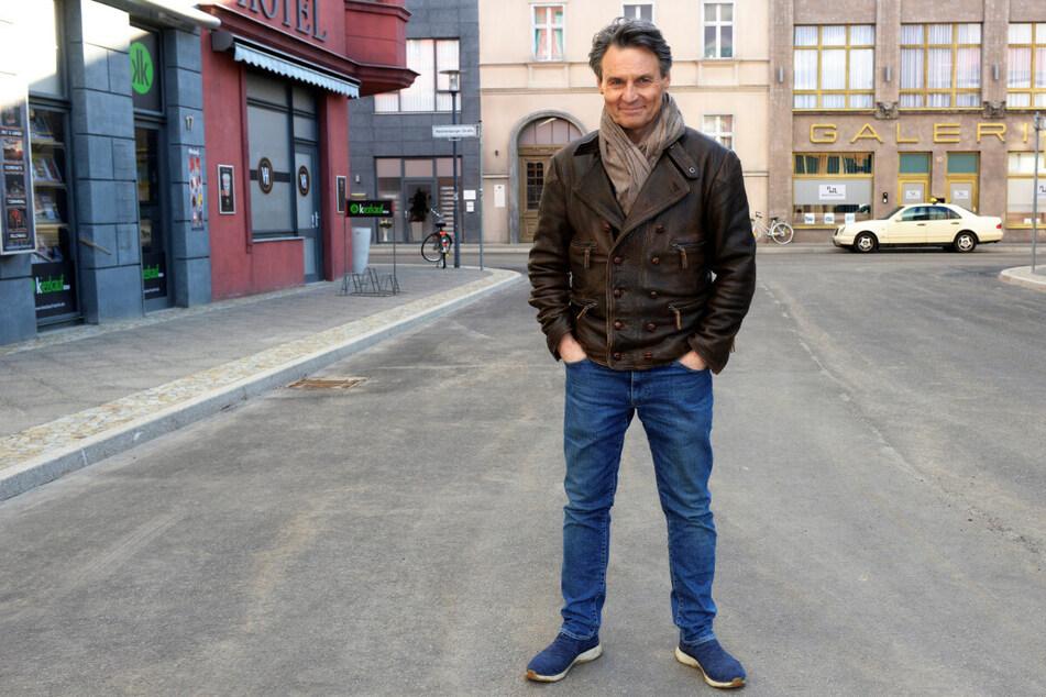 Wolfgang Bahro (60) alias Jo Gerner freut sich über das neue Set.