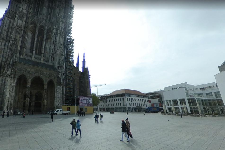 Die Tat ereignete sich in den Morgenstunden des 4. November 1990 auf dem Ulmer Münsterplatz.