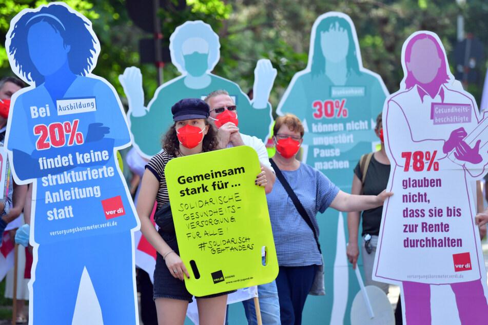 Beschäftigte aus Krankenhäusern, Pflege- und anderen Gesundheitseinrichtungen protestieren vor dem Thüringer Ministerium für Arbeit, Soziales, Gesundheit und wollen auf die dramatische Lage im Gesundheitswesen aufmerksam machen.
