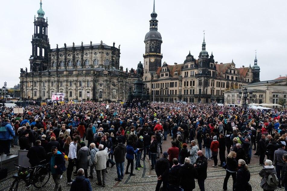 Bei einer Querdenker-Demo in Dresden soll es am vergangenen Wochenende zu zahlreichen Verstößen gegen die Maskenpflicht gekommen sein.