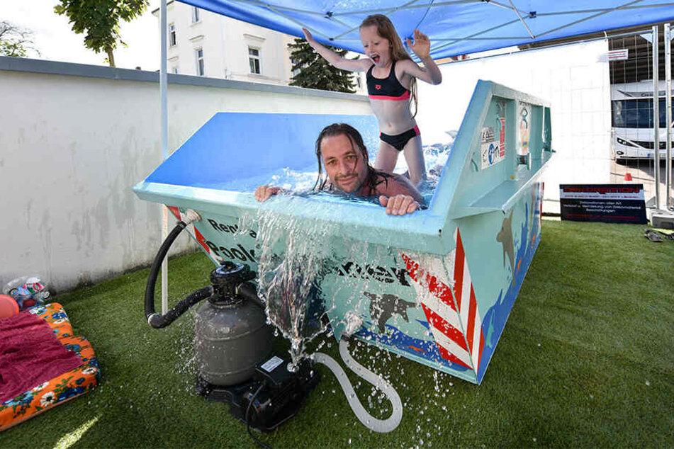 Das ist Badespaß, den sich der Erfinder auch selbst gönnt: Silvio Hoffmann (45) planscht in heißen Tagen gern mit Töchterchen Anni (7) im Container-Pool.