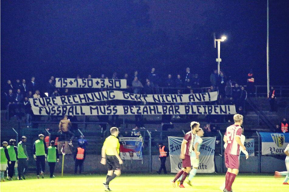 """Die rund 50 mitgereisten CFC-Anhänger zeigten in Berlin ihren Unmut über die Ticketpreise: """"Eure Rechnung geht nicht auf - Fussball muss bezahlbar sein!"""""""