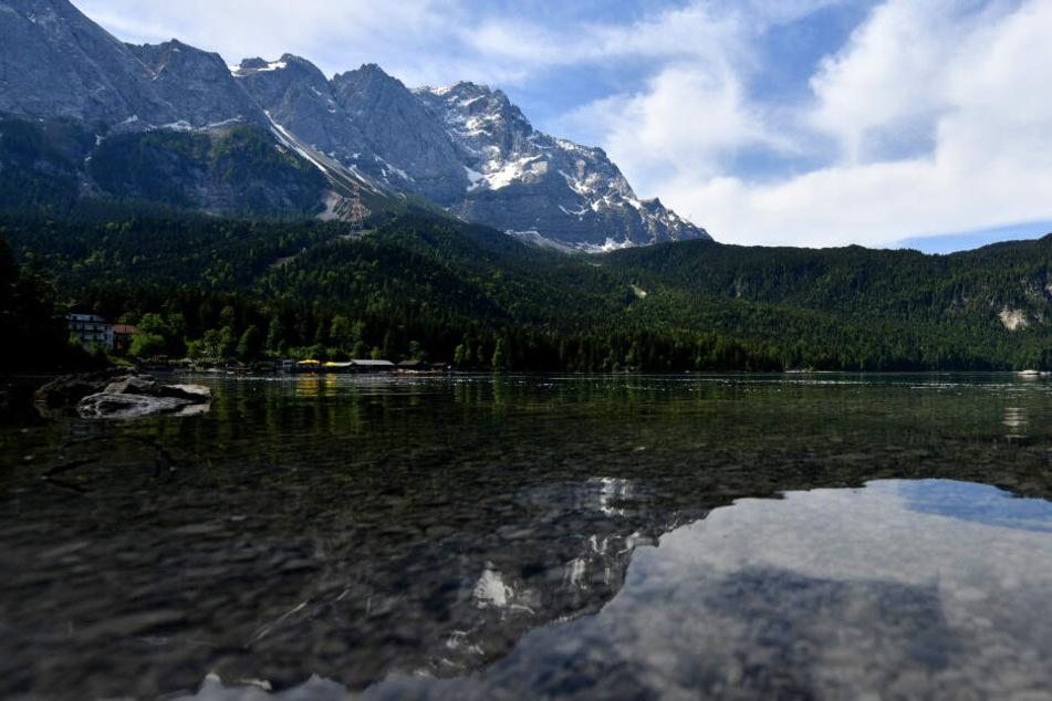 Romantische Bergseen, wie hier der Eibsee am Fuße der Zugspitze, ziehen tausende Touristen an.
