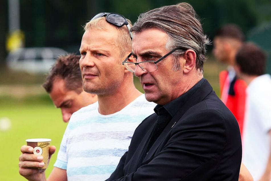 """Jan Seifert (l.) und Dynamo-Sportdirektor Ralf Minge suchen noch einen neuen Trainer für die """"U 19""""."""