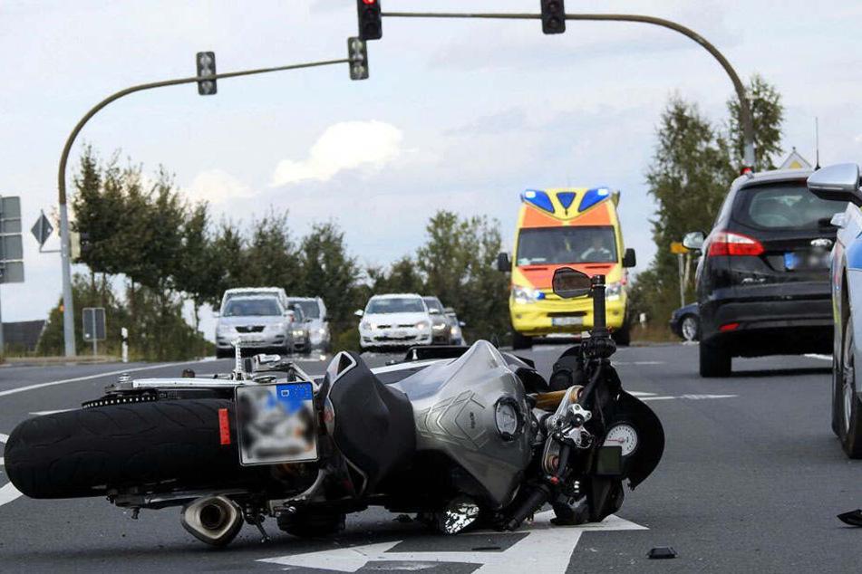 An einer Kreuzung auf der B107 in Grimma raste ein Biker auf einen Pkw auf.