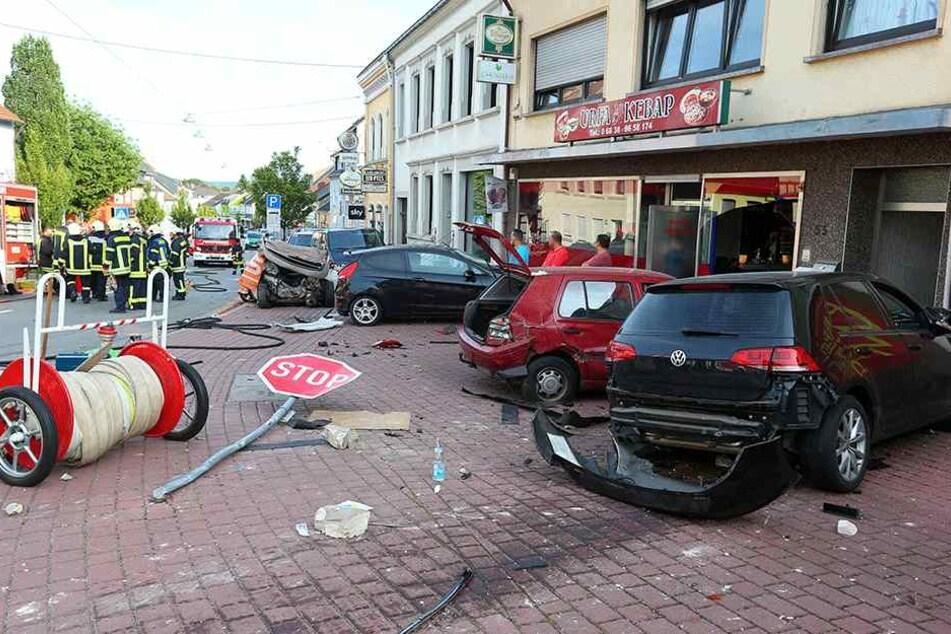 Auto in Geschäftsstraße außer Kontrolle: Eine Tote, sechs Verletzte