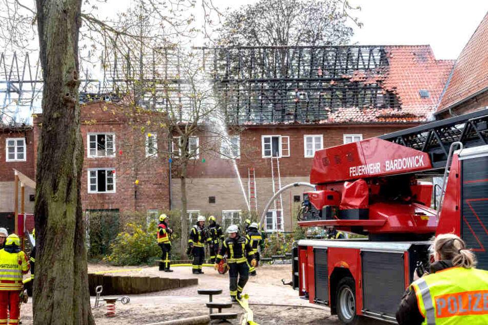 Die Rettungsaktion und die Löscharbeiten an dem großen Altbau brachten sogar zwei Einsatzkräfte der Feuerwehr in Gefahr.