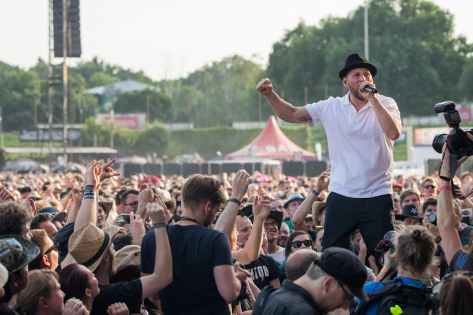 Der Sänger der deutschen Rockband Beatsteaks, Arnim Teutoburg-Weiß, heizt den Fans richtig ein.