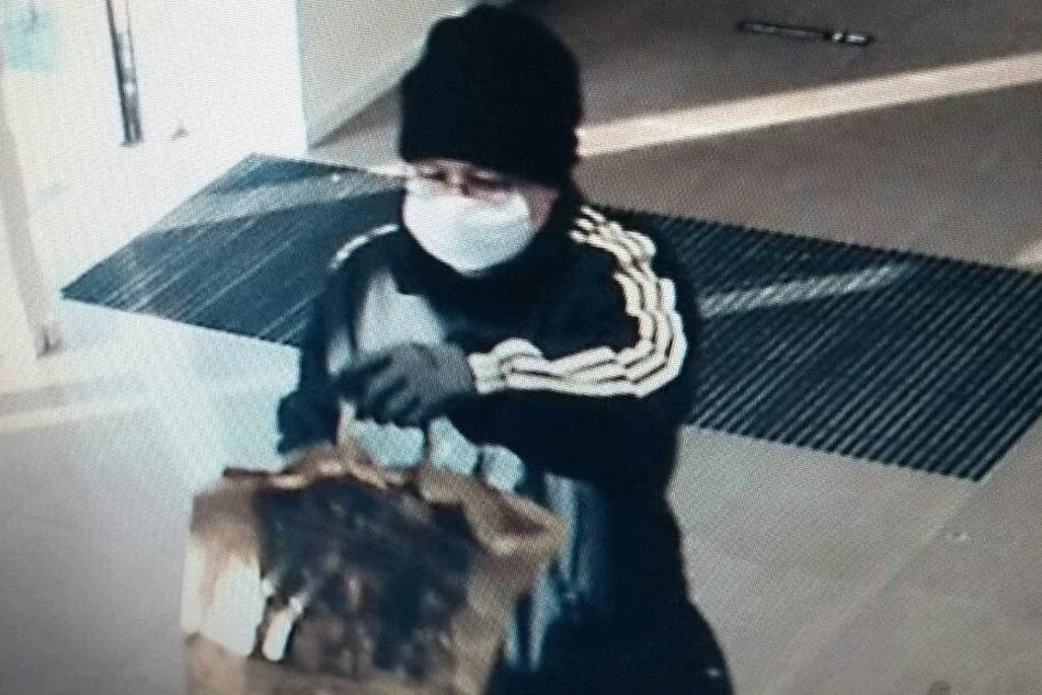 Mit Mundschutz, Spielzeugpistole und Papiertüte überfiel Michael B. die Bank.