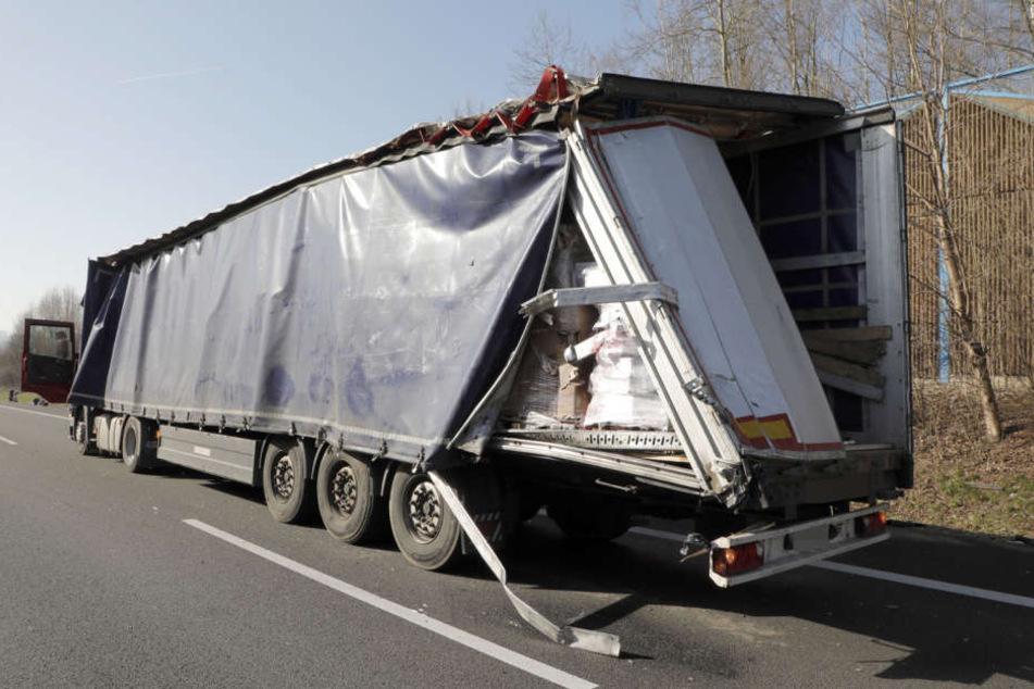 Der Scania-Sattelzug musste wegen eines Staus halten.