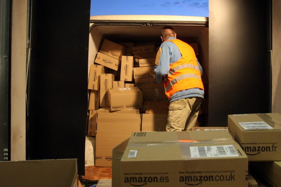 Ein Amazon-Mitarbeiter verlädt im Logistikzentrum des Online-Versandhandels Amazon in Graben.
