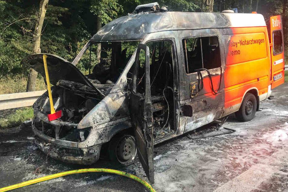 Der Notarztwagen konnte von der Feuerwehr gelöscht werden.