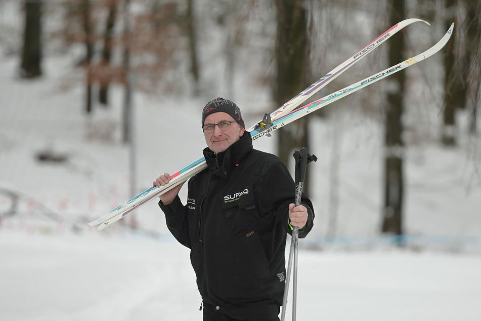"""""""Rost's Wiesen""""-Betreiber Jörg Hammer (56) gönnt sich auch mal eine Runde mit den Langlauf-Skiern."""
