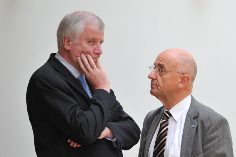 Horst Seehofer (l) unterhält sich am 25.10.2012 im Plenarsaal des Bayerischen Landtags in München (Bayern) mit dem Landtagsabgeordneten Alfred Sauter (beide CSU).