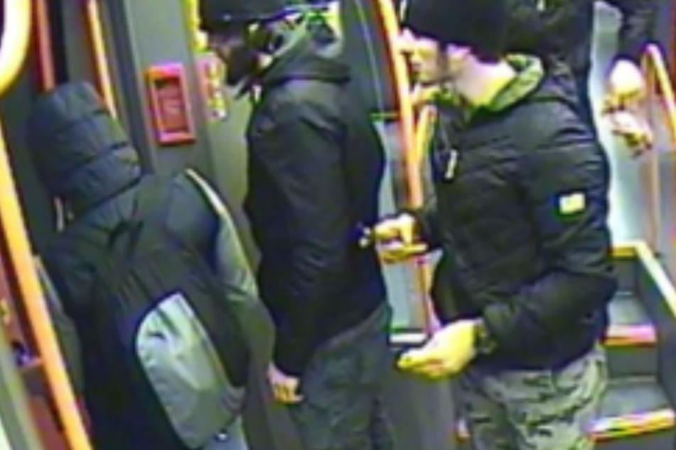 Die vier Tatverdächtigen (Kamerabilder eines Regionalzuges).
