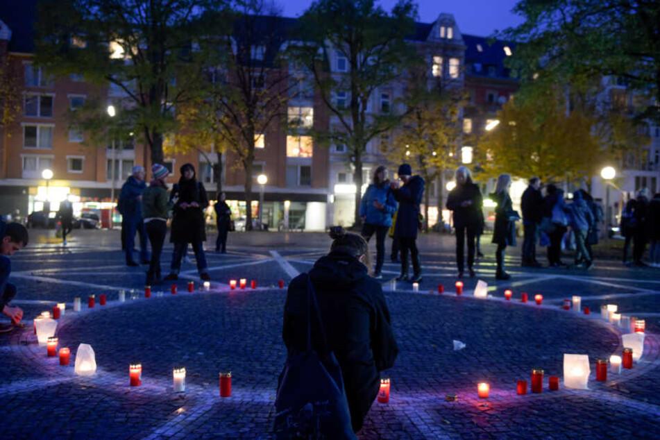 Menschen gedenken am Platz der alten Synagoge den jüdischen Opfern der Pogromnacht von 1938. (Archivbild)