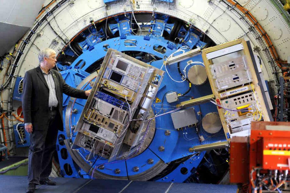 Jürgen Stutzki von der Universität Köln, steht 2011 in der einzigen fliegenden Sternwarte der Welt auf dem Stuttgarter Flughafen an einem Spektrometer Messgerät, dem Herzstück des deutsch-amerikanischen Stratosphären-Observatoriums.