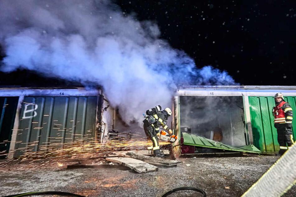 Die Feuerwehrleute mussten einige Türen aufschweißen, um die Flammen überall bekämpfen zu können.