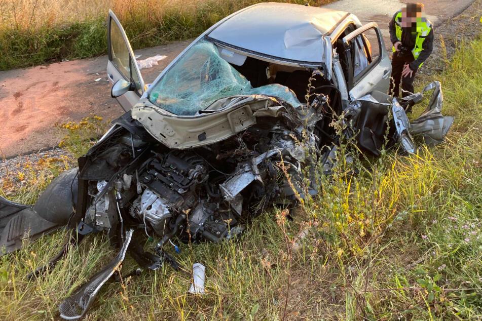 Frontal-Zusammenstoß mit Lkw: Fahranfänger (18) nach schwerem Unfall in Lebensgefahr