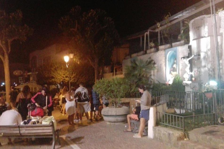 In Panik rannten Touristen und Bewohner der Urlaubsinsel auf die Straße.
