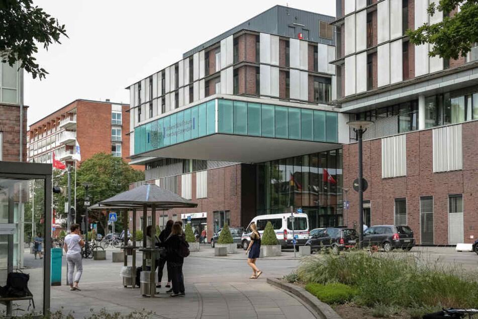 Blick auf den Haupteingang des Universitätsklinikums Hamburg-Eppendorf (UKE).