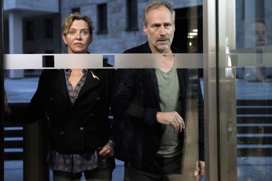 In dem Fall der tot aufgefundenen jungen Frau ermittelt das Duo Anna Janneke (Margarita Broich/Li.) und Paul Brix (Wolfram Koch).