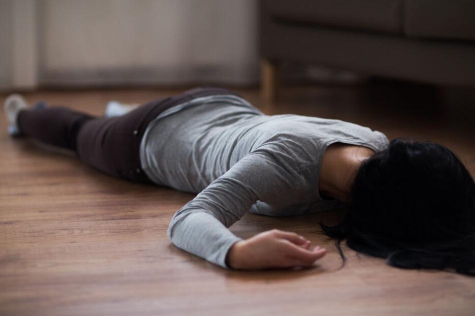 Die Mutter lag bewusstlos auf dem Boden. (Symbolbild)