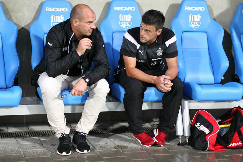 FSV-Sportchef David Wagner (l.) mit Trainer Torsten Ziegner bei der ersten Analyse nach der Niederlage in Chemnitz.