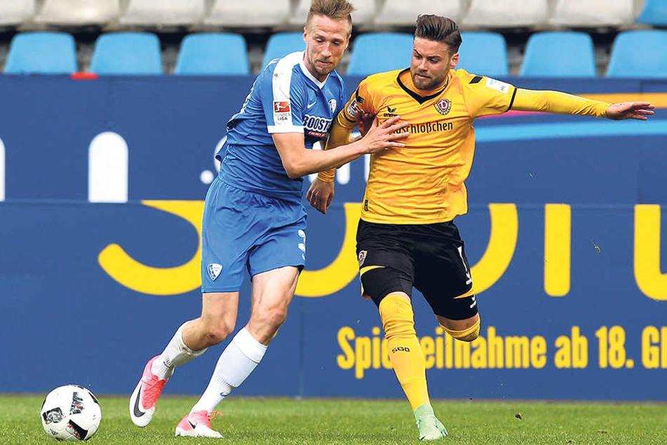 Niklas Kreuzer(r., im Zweikampf mit Marco Stiepermann) half beim Bochumer Ausgleich zum 2:2 kräftig mit.