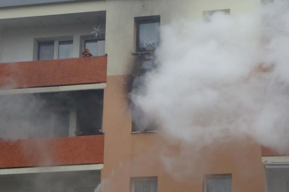 Der dichte Rauch drang durch die Fenster schon nach außen. Deutlich zu erkennne sind die Rußspuren an Balkon und Fenster.
