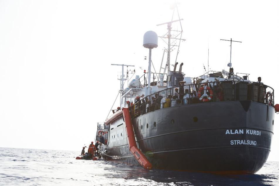 Das Rettungsschiff Alan Kurdi nahm im Mittelmeer 65 Migranten auf.