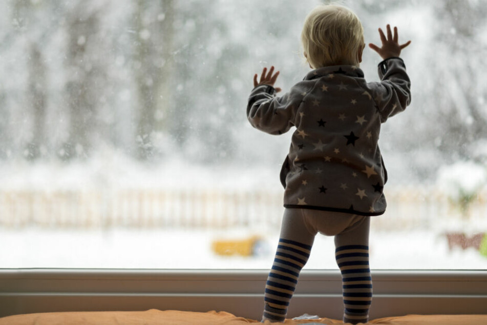 Die Zweijährige war aus einem Fenster im 4. Stock gestürzt. (Symbolbild)