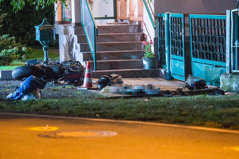 Das Motorrad war erst gegen eine Baum und dann gegen einen Zaun geprallt.
