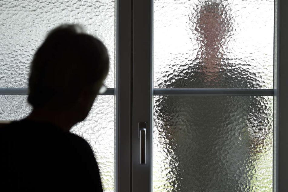 50 Mal oder öfter lauerte der Verurteilte seiner Ex-Ehefrau auf, belästigte und bedrohte sie. Jetzt muss er für 18 Monate ins Gefängnis. (Symbolbild)