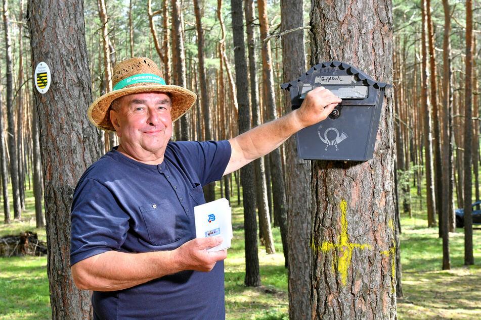 Das ist die Höhe! Günter Hetmank (69) mit dem Gipfelbuch auf dem Ochsenberg.