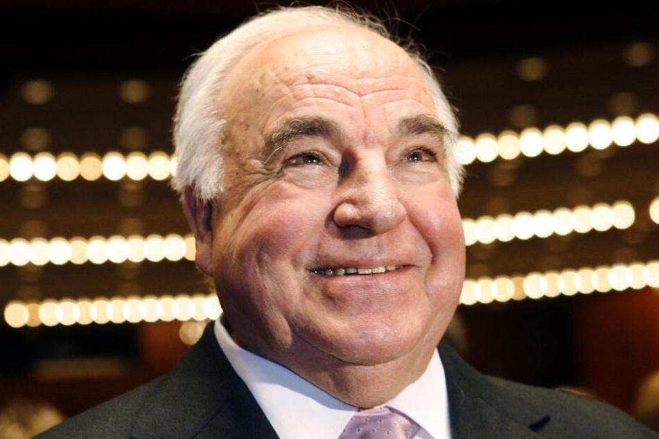 2006: Alt-Bundeskanzler Helmut Kohl lächelt in der Alten Oper in Frankfurt vor der Verleihung des Konrad-Adenauer-Preises für Kommunalpolitik in die Kameras.