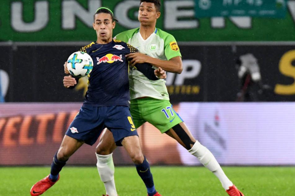 RB Leipzig (hier: Yussuf Poulsen, vorn, gegen Felix Uduokhai) behauptete den Ball sehr oft. Ihre Überlegenheit reichte jedoch nicht zum Sieg.