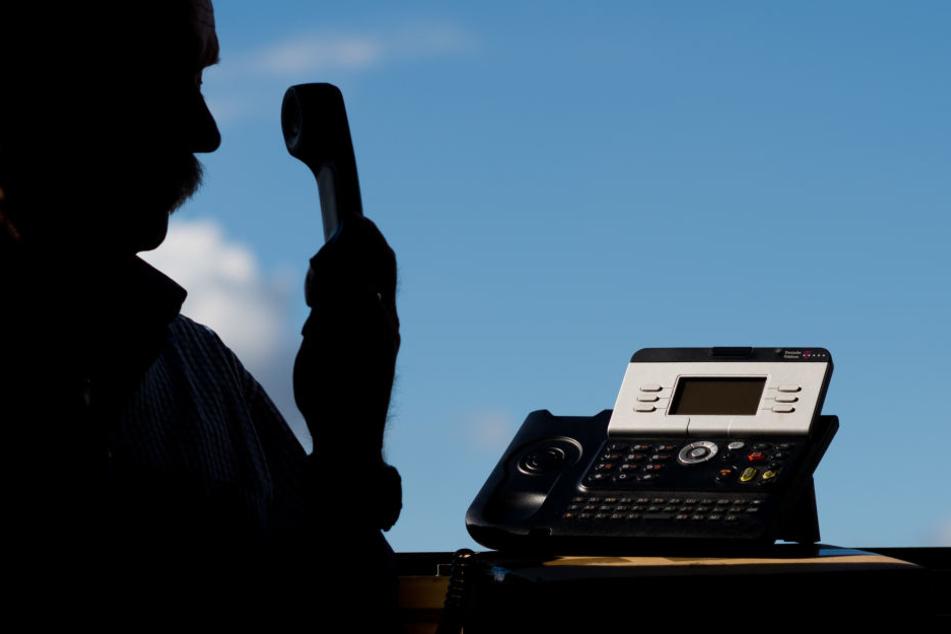 Die Betrüger geben sich am Telefon als Polizisten aus. (Symbolbild)