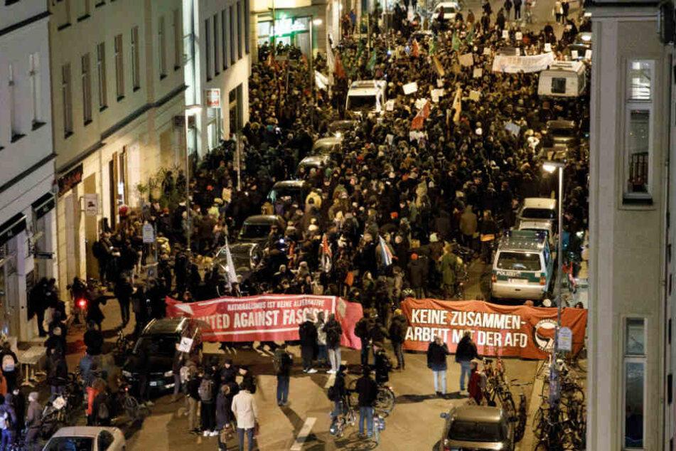 Hunderte Demonstranten demonstrieren vor der FDP-Zentrale in Berlin.
