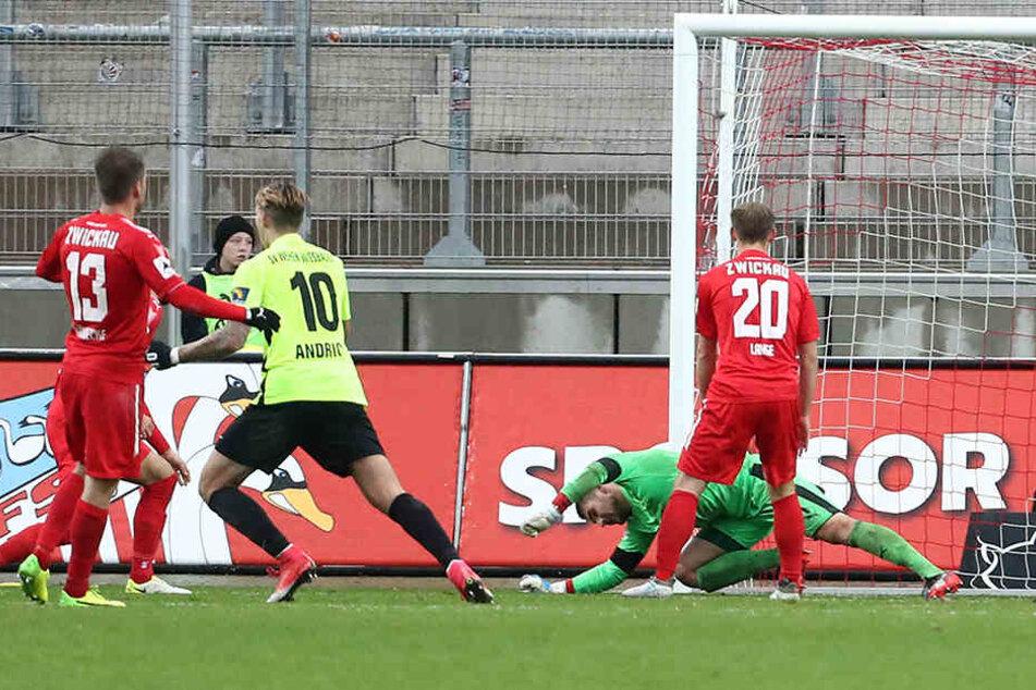 Da kam Johannes Brinkies nicht mehr ran: Patrick Breitkreuz versenkte den Ball zum 0:1 für Wiesbaden.