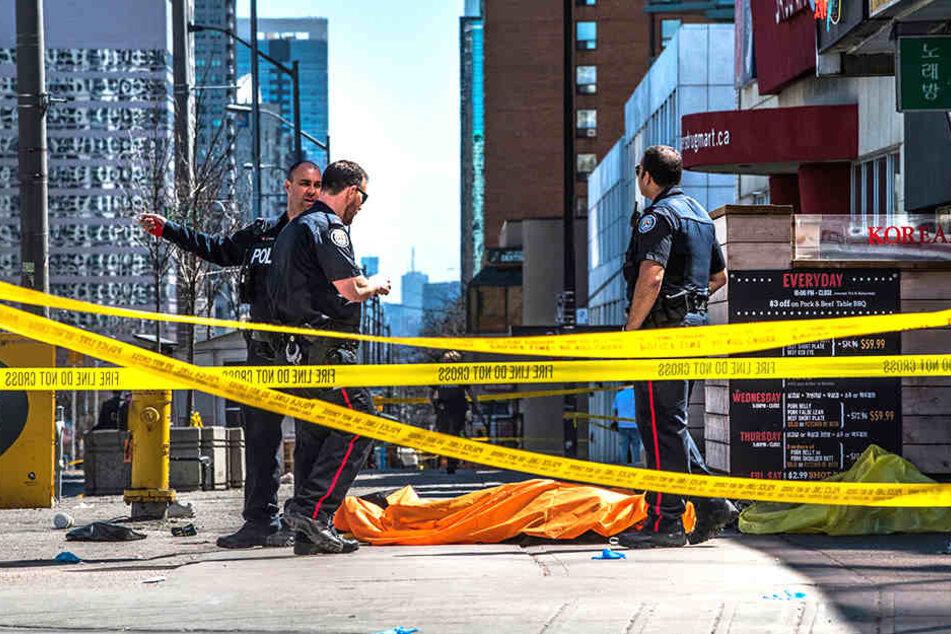 Polizisten vor dem Unfallort.