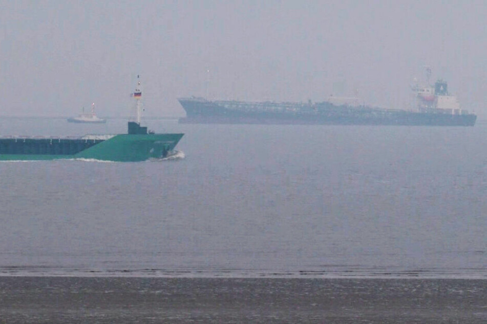 9000 Tonnen Gefahrgut an Bord: Tanker läuft in der Elbe auf Grund