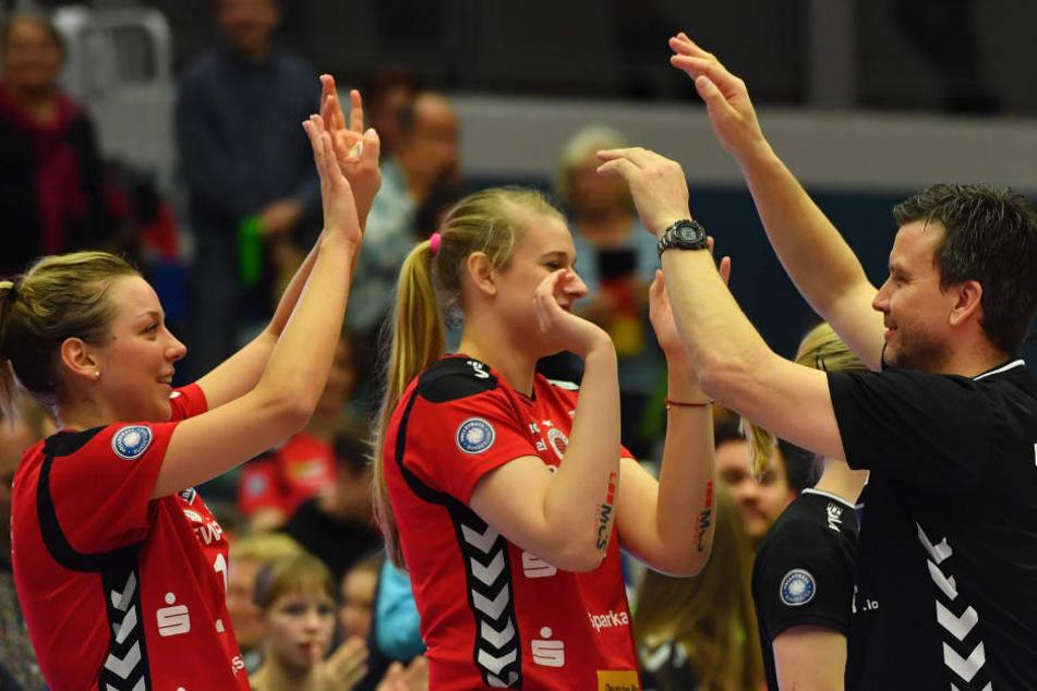 Alex Waibl klatscht nach dem entscheidenden Viertelfinal-Sieg gegen Vilsbiburg mit Katharina Schwabe (l.) und Jennifer Cross ab.